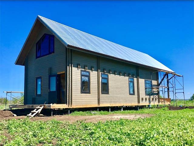 Монтаж винтовых свай в Северске и зимнее строительство деревянного дома в короткие сроки недорого.